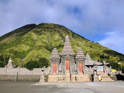 Paket Wisata Bromo Malang 3 Hari 2 Malam Pura Luhur Poten di Gunung Bromo