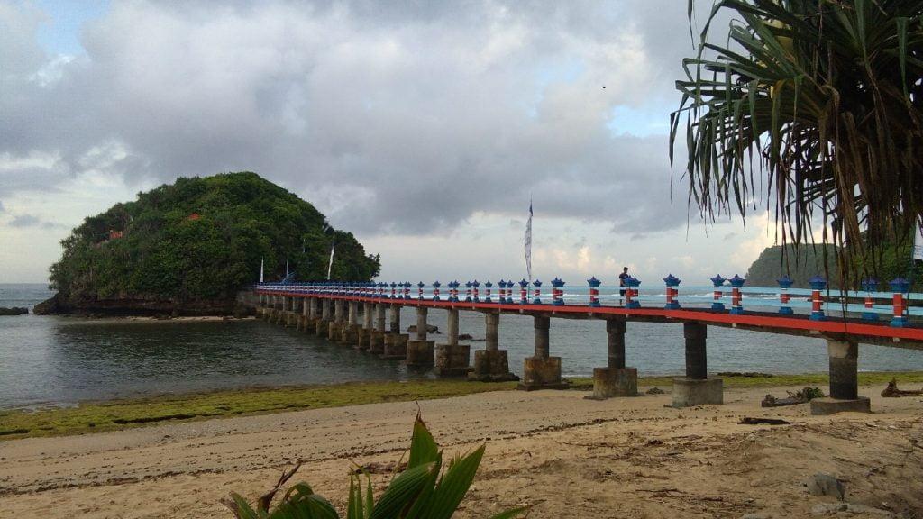 Info wisata dan wahana di Pantai Balekambang Malang image 1
